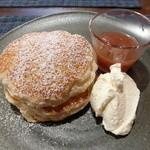 フラッフィー - 季節のフルーツソースのパンケーキ(850円)