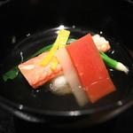 一献 - 蟹真薯の吸物 蟹、金時人参、うぐいす菜