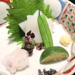 一献 - 赤烏賊 と その耳 インゲンとシントリ菜添え 生姜醤油か塩で