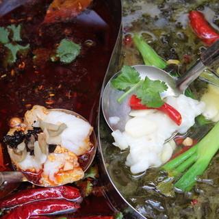 コラーゲンたっぷりの鶏ガラスープや豚足スープで、お鍋をお楽しみいただけます!