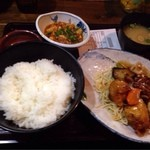 23168475 - 日替わりランチ、鶏と野菜の甘酢あんと麻婆定食ご飯大盛り390円