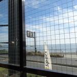 ヘミングウェイ - 目の前は江ノ島の海