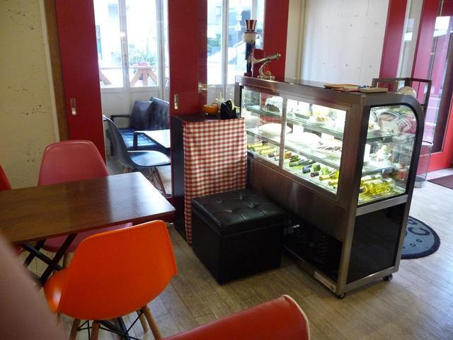 ティーノ カフェ - ティーノカフェ 店内と、ケーキのケース
