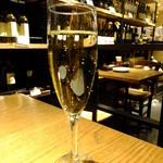23174857 - 残念★辛口スパークリングワインのマルティーニ ブリュット:600円!来た瞬間の写真、これスパークリング?!気泡はどこに?!冷てないし!