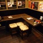炭火焼鳥 喜鳥家 - 10名様位のあつまりにぴったりのテーブル席。