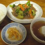 Rakushuuken - ブロッコリーと牛肉炒め定食