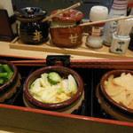23192040 - 漬物は専用箸で、食べられるだけ小鉢にとってね。