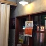 ラーメン壱六家 - 201312 壱六家 店内(入店し、右手奥道路側より360度)⇒カウンターと、通路を挟み、背中合わせに、1名様席が3卓並んでいます♪