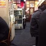 ラーメン壱六家 - 201312 壱六家 店内⇒券売機の隣が、出入口です
