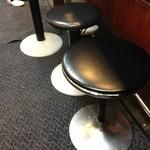 ラーメン壱六家 - 201312 壱六家 椅子は、こんな感じ。床はマット敷きなので、滑りません(^_^)v