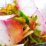 キッチン ナッティ - ランチのセットのサラダ。何種類もの野菜が入ってました!ドレッシング美味しい!