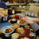 稚加榮 - 細君も昼からビールです。
