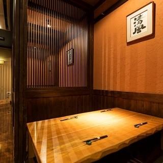 シックな純和風の店内で、ごゆっくりとお食事をお楽しみ下さい