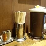 タナカ90 - (2013/10月)テーブル備え付けの箸、水、調味料