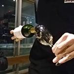 tama - チリのスパークリングワインを注いでももらう