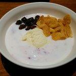 23210509 - プルーンのヨーグルトにアイスクリームを入れてみました。