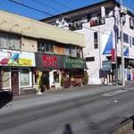 23212932 - 3軒続きの建物の一番右側にあります。