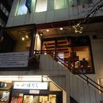 銀座じゃのめ - 小諸そばの2階です。窓ガラスが大きくて店内の様子が分かりやすいです。