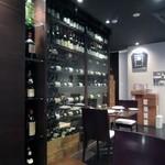 23215988 - カウンター席もある店内にはワインが3500本以上並び圧巻の光景です。