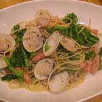 船場食堂 サスケ - 菜の花とあさりのパスタ1200円シャルドネの白ワイン500円とどうぞ