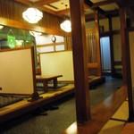 八島 - 仕切りのある座敷が並びます。