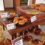 ぱん工房 ひだまり - 店内は惣菜パンも並びます。
