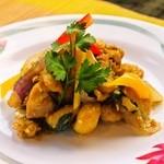 すろまい - 香り豊かな3種のハーブをふんだんに使った鶏肉の炒め物