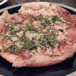 ラスティックハウス - チーズとアンチョビのシンプルなパイピッツァ1600円