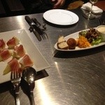 サラ スイート カフェ ルーコラ - 生ハムとラフランス、前菜盛り合わせ(左からモッツアレラと何かのフォカッチャ、ライスコロッケ、キャロットラベ、鶏のコンフィマリネ仕立て、鱈と白子のムースのようなもの、レバーパテ