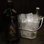 千年の宴 - 焼酎ボトルと氷、これで1000円は安いですね