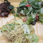 ナガハマコーヒー - メインディッシュ 牛肉の赤ワイン煮、海老と帆立貝柱のサラダ、キャベツのパスタ
