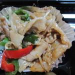 まるみのべんとう - この日の日替わり弁当のメインのおかずは生姜焼き、野菜との彩りもバッチリですね。