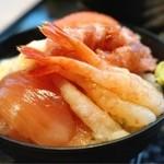 カスケイド ラウンジ - 甘エビ、鮪、イカ、明太子、サーモン、トロロで海鮮丼に