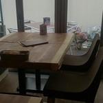 ヤキタテピザ佐野  - ソファー席と、テラス席。 裏はマンション建設中。