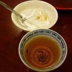 23238049 - 杏仁豆腐と烏龍茶