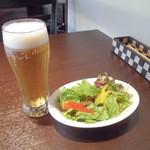魔法のパスタ - 『グラスビール中』@500円とサラダ@100
