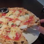魔法のパスタ - 王道の『マルゲリータ』Wチーズ 生のトマト、チーズが本格石釜でサクサクのもちもち @1200 フリードリンク付き サラダは@100プラス Wチーズは@300増し