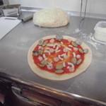 魔法のパスタ - 焼く前の海鮮ピッツア