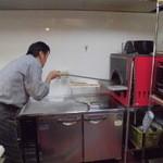 魔法のパスタ - 高温の石釜の中でピッツアを回転させて焼きムラを調整しています。
