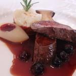 ラ・ロゼット - 12月 蝦夷鹿 マデラ酒とブラックベリーのソース。付け合わせのポテト下のラタトゥユも美味~♪
