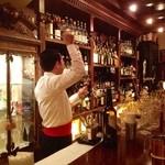 らんぷ - シェリー酒を入れるマスター