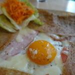 クレープリー カフェ 樹水 - ガレット(コンプレ ハム・トマト・半熟卵・チーズ)