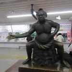 サンサール - 駅構内の力士像、手の方向へ