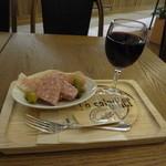 ル サラディエ - グラス赤ワイン(ハッピーアワー価格)、パテドカンパーニュ&生ハム