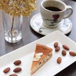 チーズケーキ CAFE MAGY - 新作のアーモンドチーズケーキ。アーモンドの香ばしさとチーズがとてもコーヒーにあいます♡
