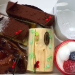 23262917 - お酒を使ったケーキやクリスマス仕様のケーキを頂きました