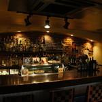 フランクストン - フランクストン自慢のカウンターのお席です。ワインやシェリー、ポートワインがずらりと並びます。
