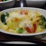23273588 - 「温野菜のしゃけチーズ焼」450円也。