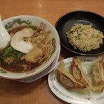 博多 金龍 - 2013-12-20尾道ラーメン490円とデカ餃子・半チャーハン450円