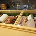 23287303 - 美味しそうな魚が並びます
